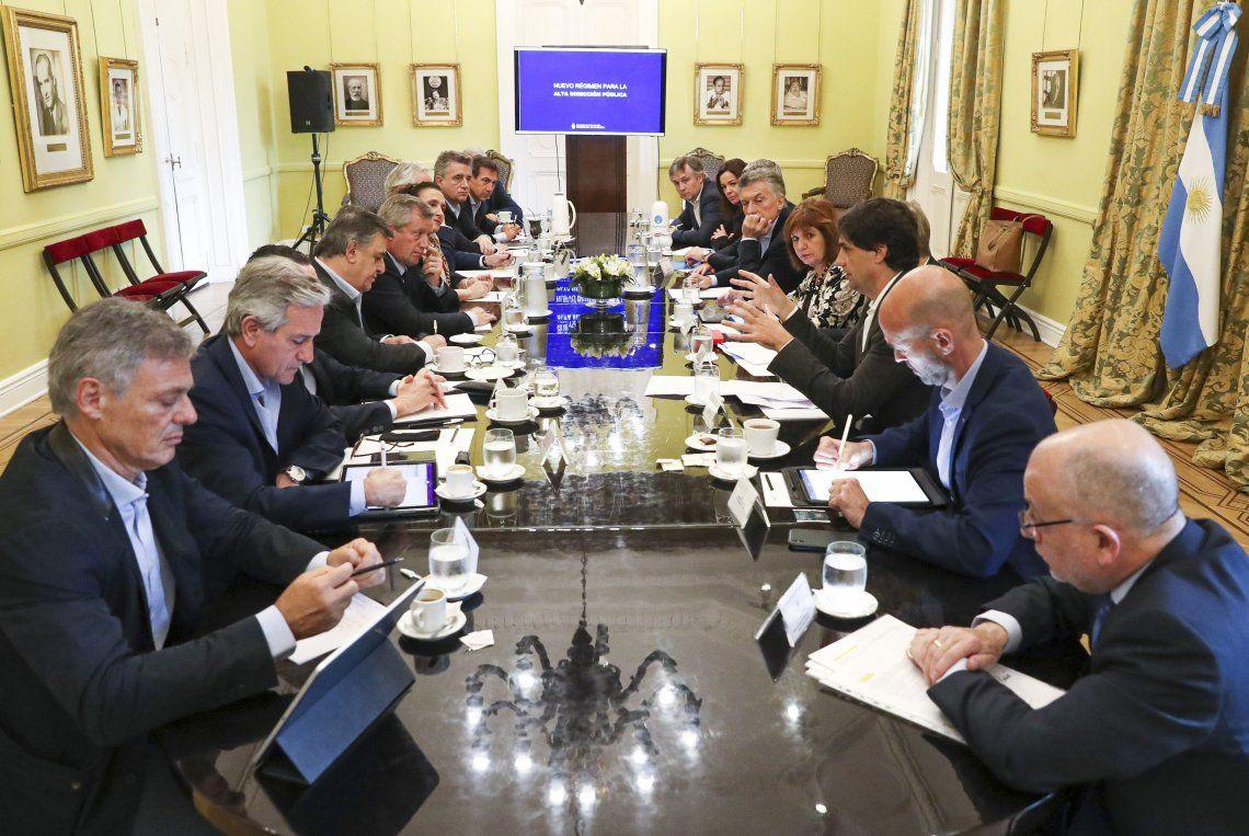 En una reunión encabezada por Mauricio Macri, Hernán Lacunza explicó al Gabinete los términos de la reperfilacion de la deuda