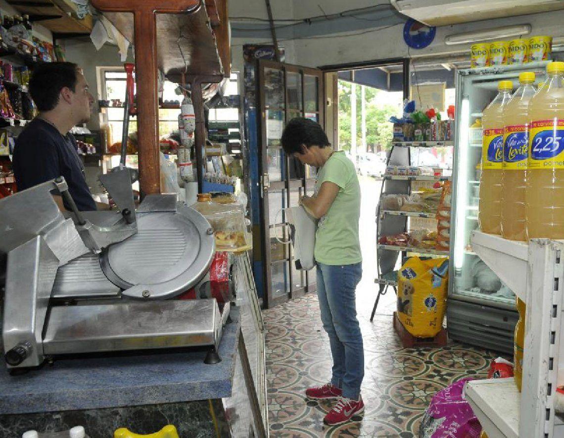 Avellaneda: almaceneros combaten la crisis del sector ayudando a vecinos