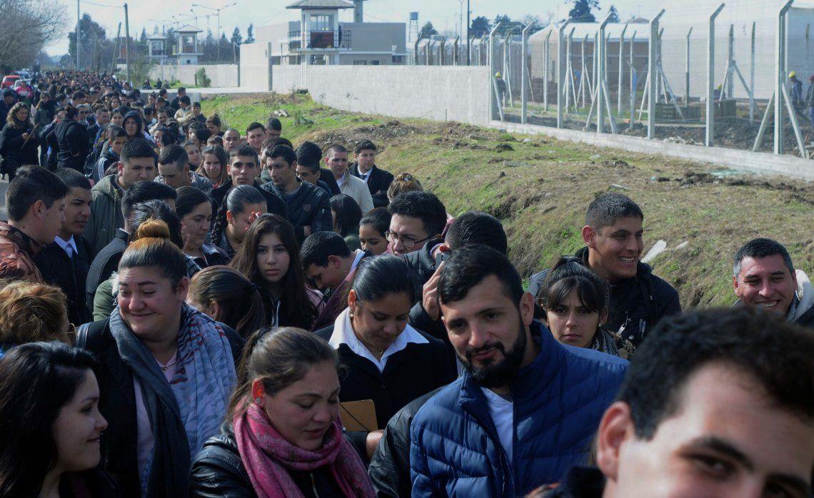 Una larga fila de jóvenes buscando trabajo. Por la falta de oferta