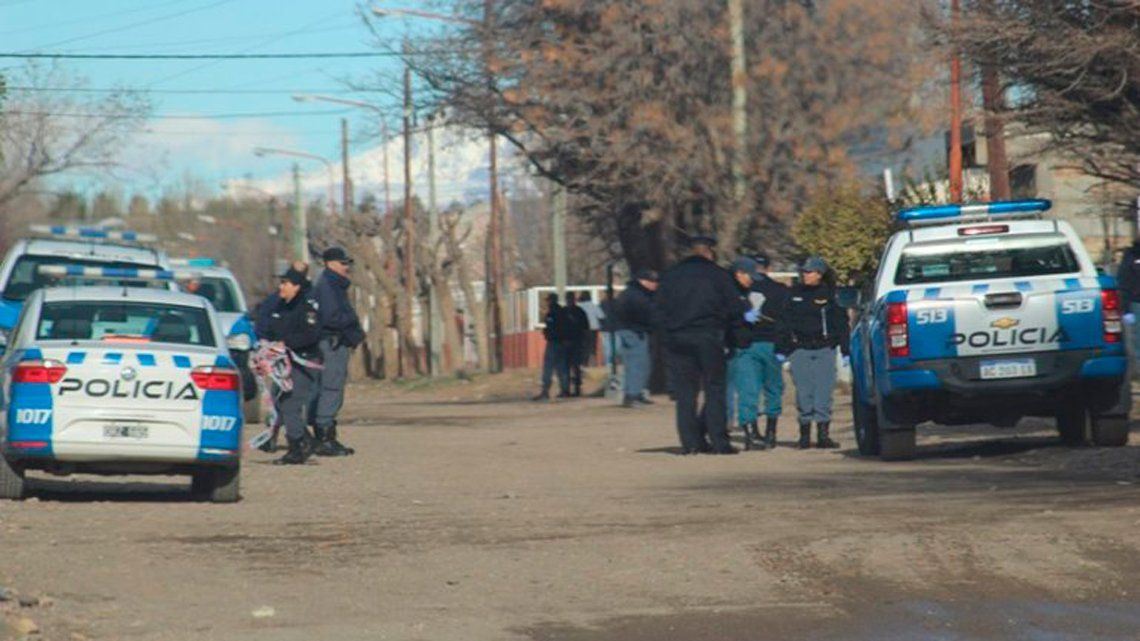 Neuquén: policía descubre a ladrón robándole el estéreo del auto y lo mata por la espalda