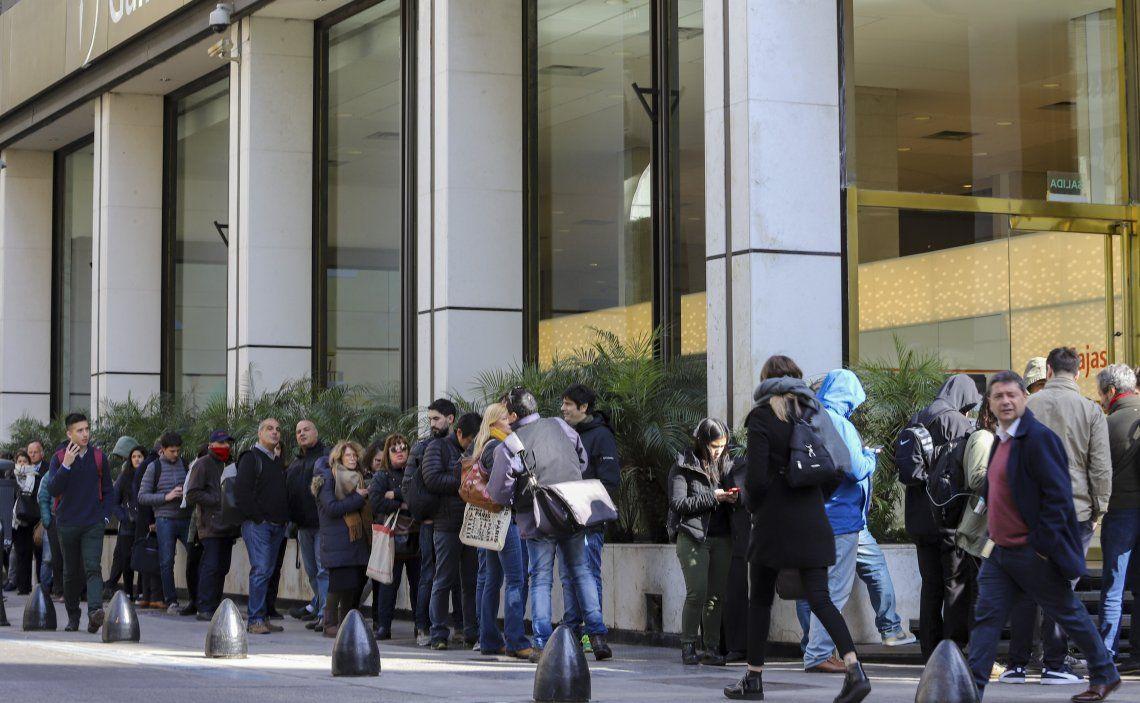 Desde temprano se formaron largas colas en los bancos de usuarios que fueron a retirar ahorros.