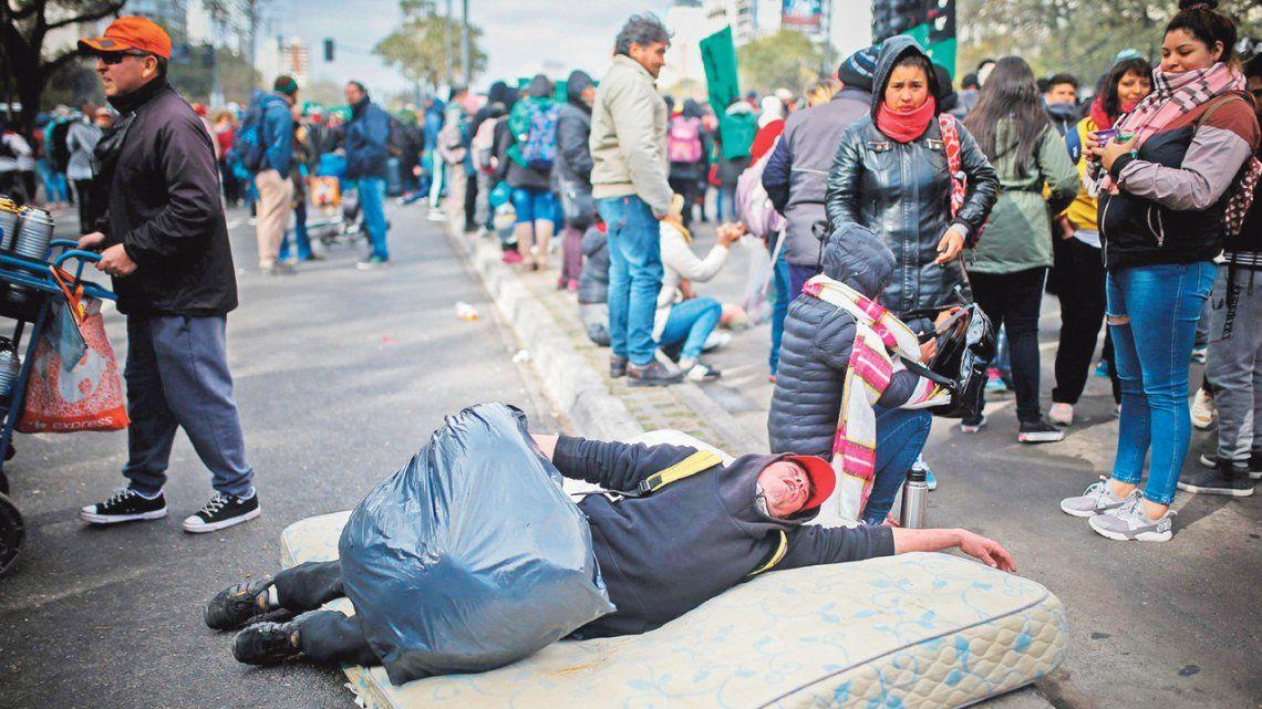 Tras una asamblea, los manifestantes levantaron el acampe sobre la avenida 9 de Julio