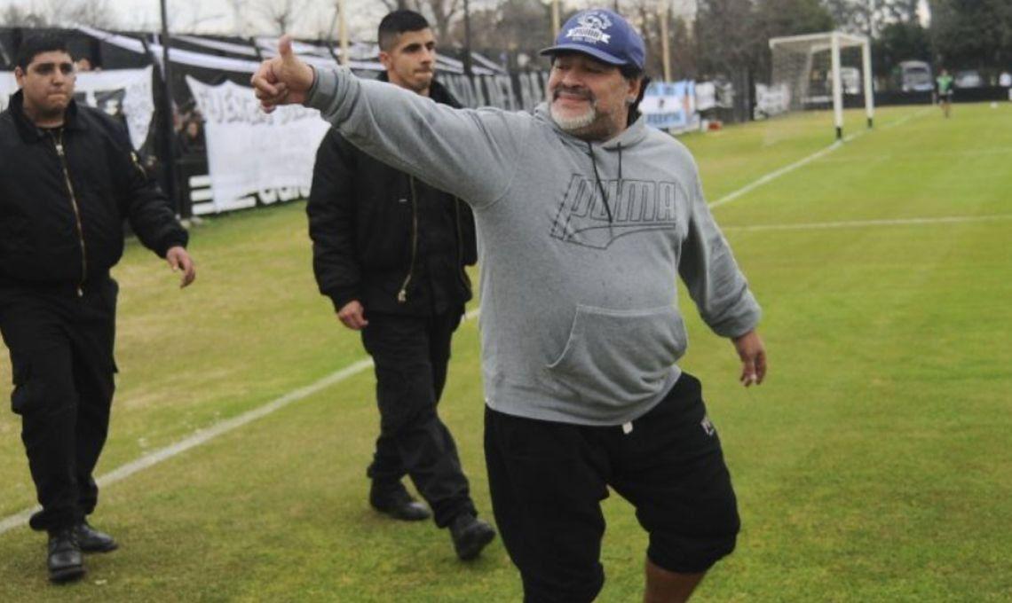 Los clubes saludaron a Diego Maradona y Riestra entró en acción