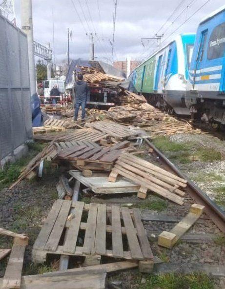 Tren Roca: el momento en que una formación arrolló a un camión en Bernal