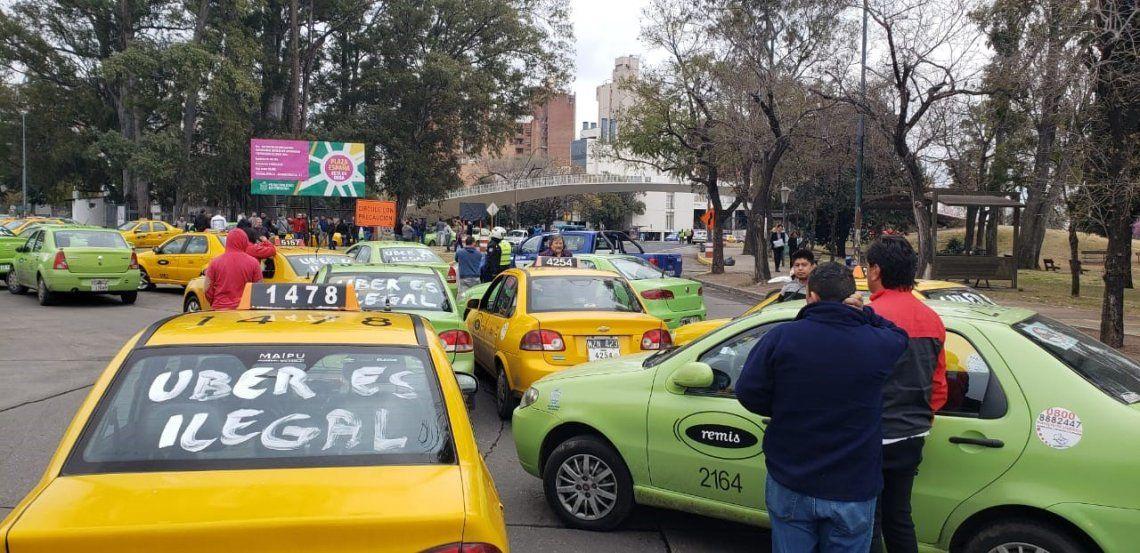 Uber comenzó a funcionar en Córdoba en medio de protestas de taxistas