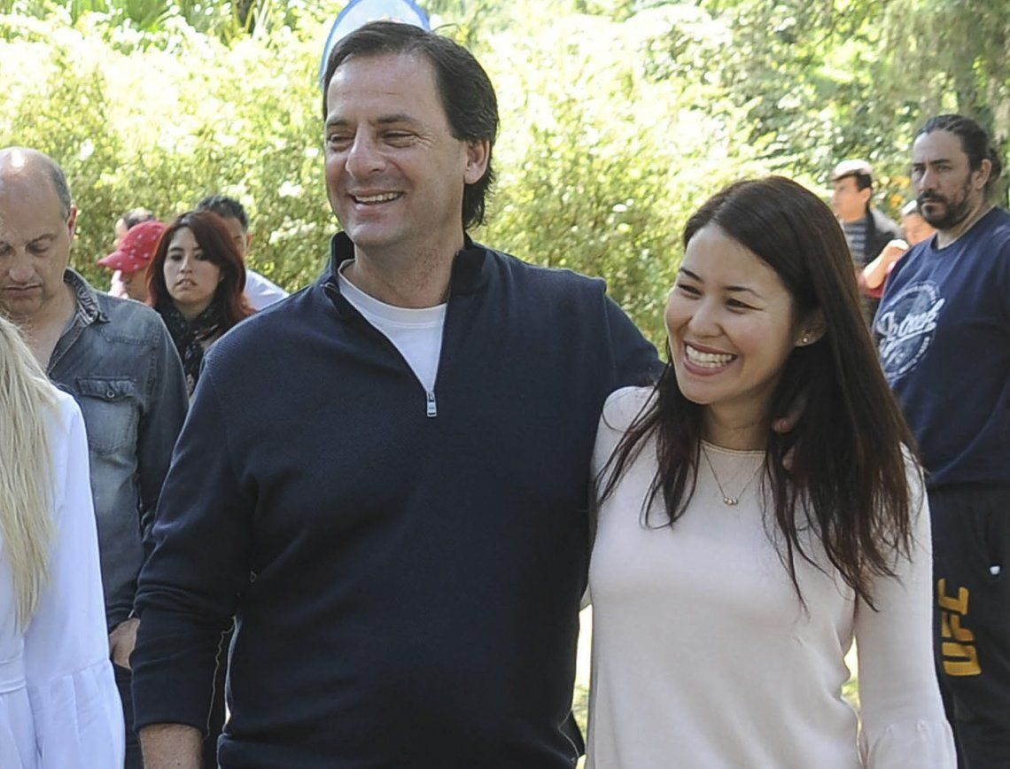 Russo junto a su esposo