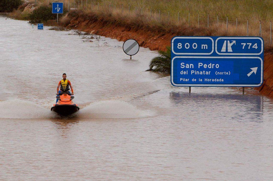 Una histórica lluvia en Sur de España deja 2 muertos