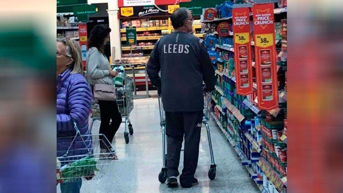 Una cosa de locos: Bielsa fue al supermercado a comprar vestido de DT del Leeds