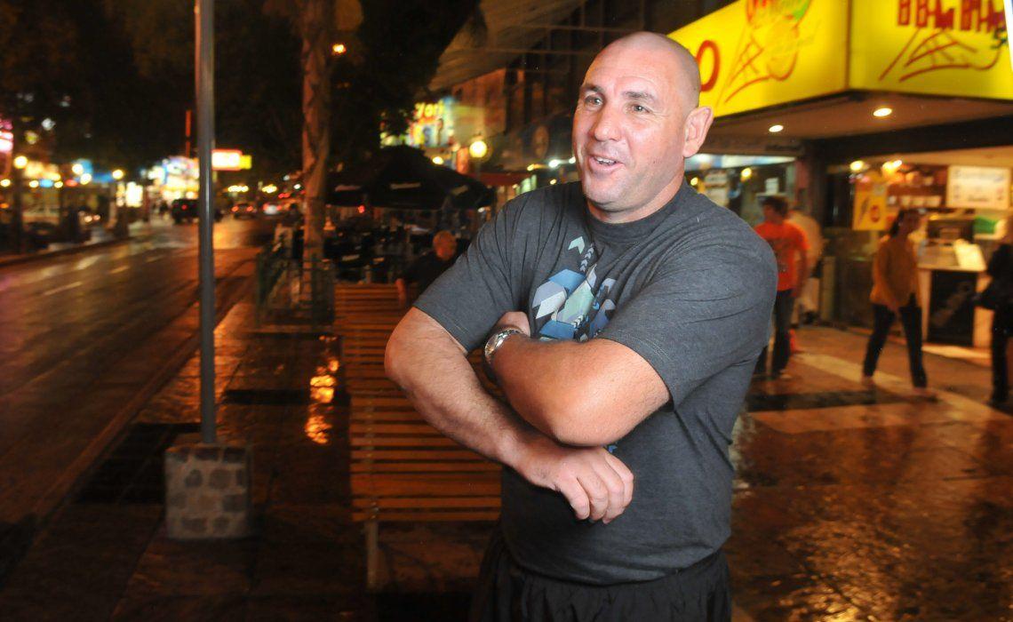 El ex boxeador había dejado dinero y su teléfono celular en su camioneta Chevrolet S 10.