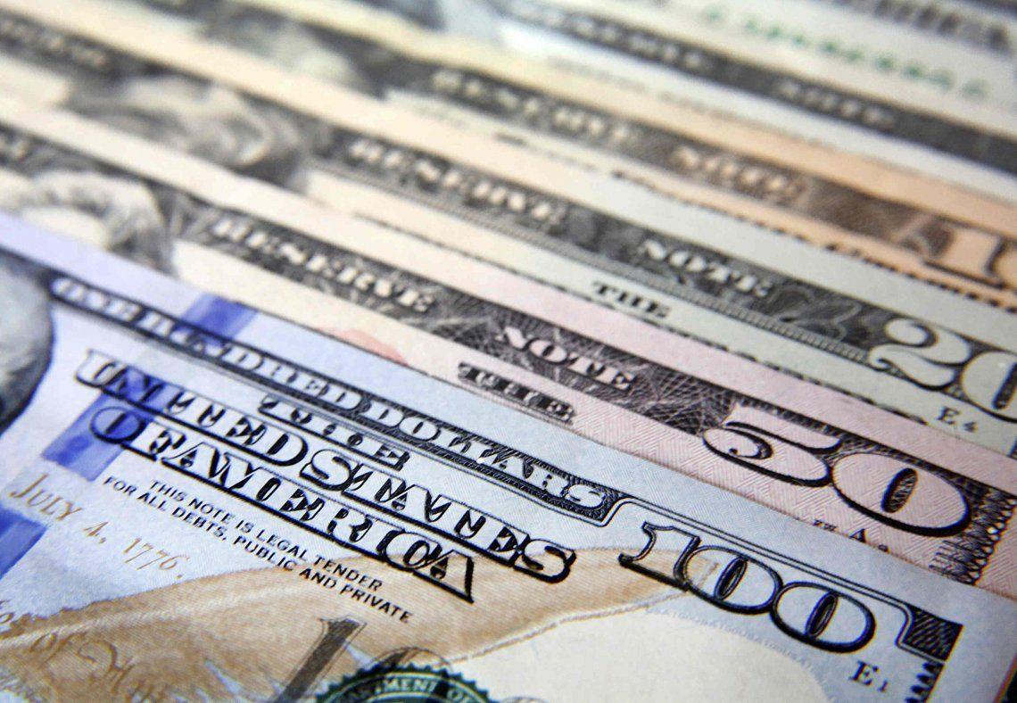 Corrida bancaria: los argentinos sacaron casi 10.000 millones de dólares de los bancos en un mes