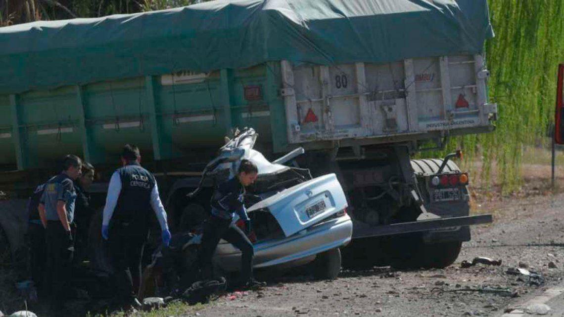 Mendoza: trágico choque entre un auto y un camión deja un saldo de 5 muertos