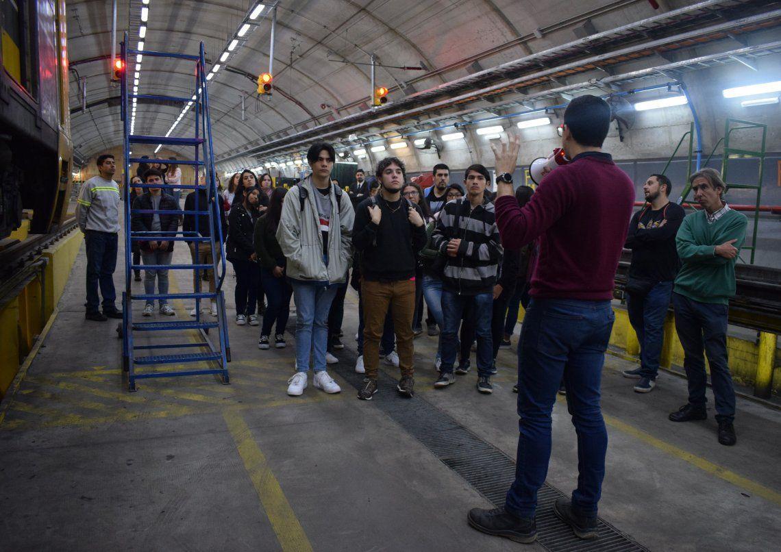 Los estudiantes siguieron atentamente las indicaciones en el Taller Parque Patricios de la línea H.
