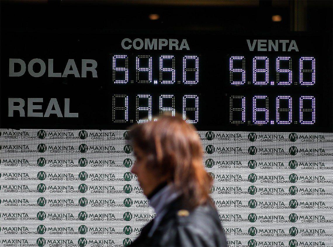 El dólar sigue en alza a pesar de la intervención oficial
