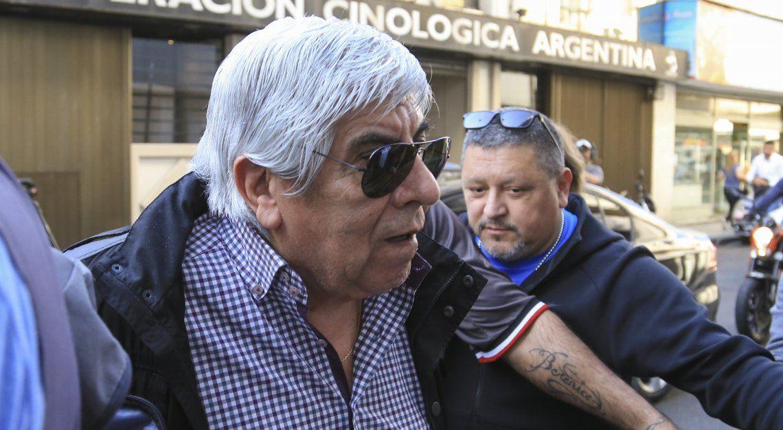 Hugo Moyano al arribar ayer a la sede de UPCN en la calle Moreno