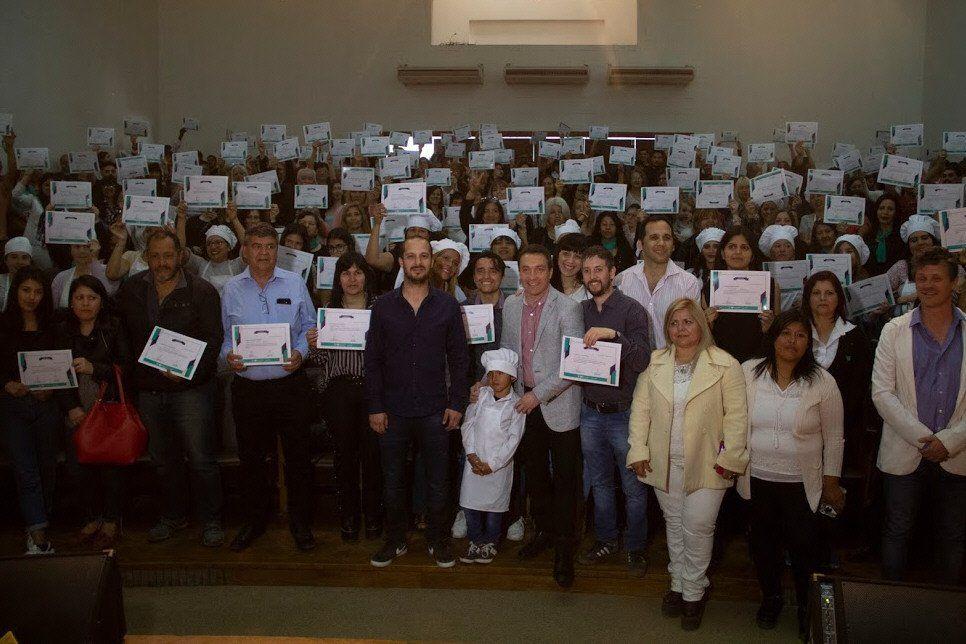 Un total de 230 vecinos de Varela recibieron sus certificados en un emotivo acto.