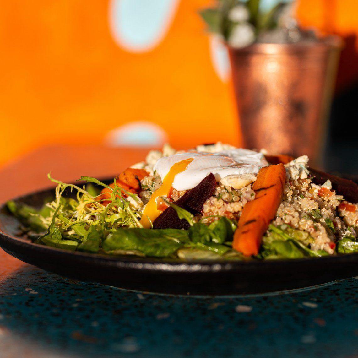 Ensalada de quinoa, mix de verdes, queso azul y huevo soft