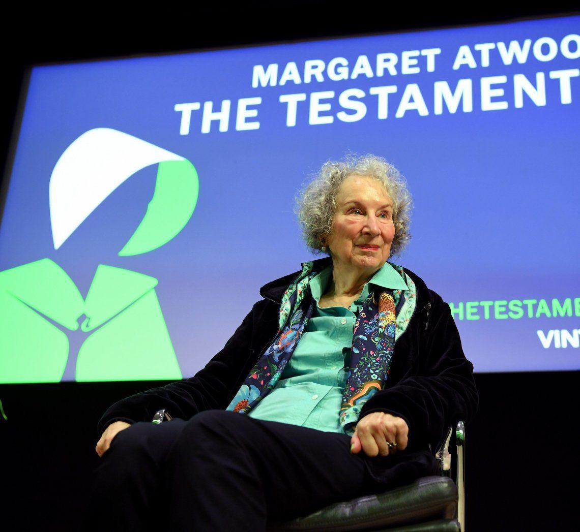 Margaret Atwood vuelve a explorar su mundo distópico en Los Testamentos.
