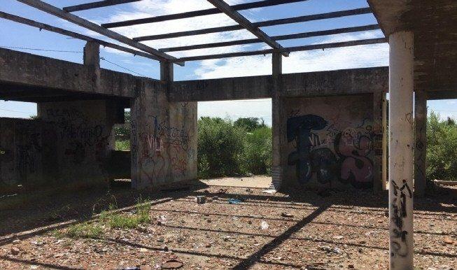 El lugar en que se perpetró el ataque es una escuela abandonada ubicada en el barrio Agustoni
