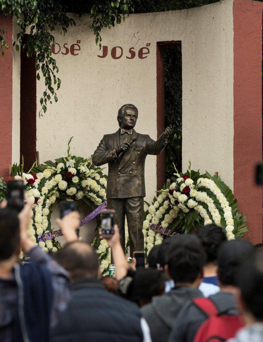 Una multitud fue a despedir al cantante mexicano José José en su barrio