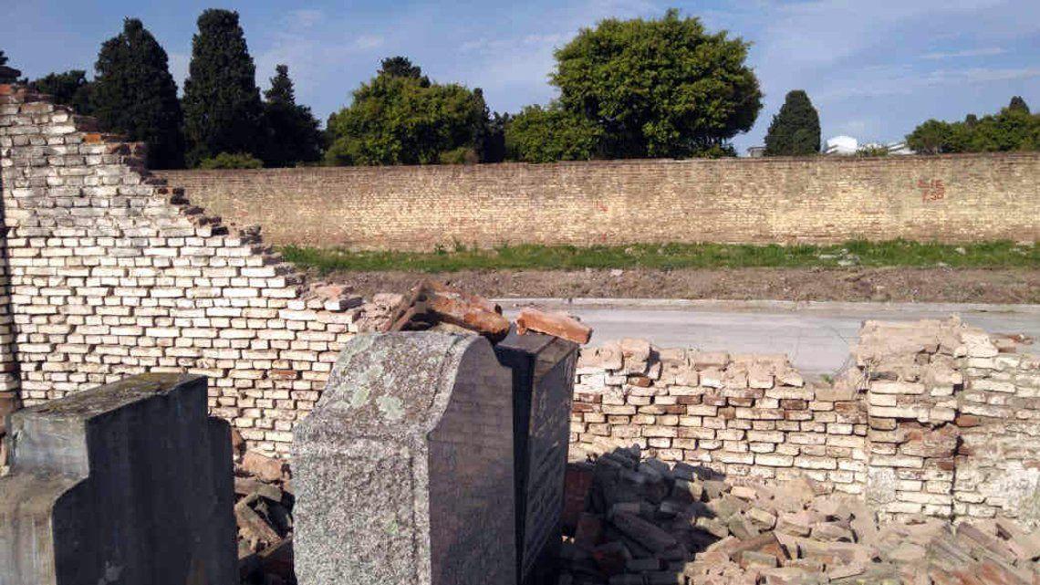 Otro ataque vandálico al cementerio de La Tablada