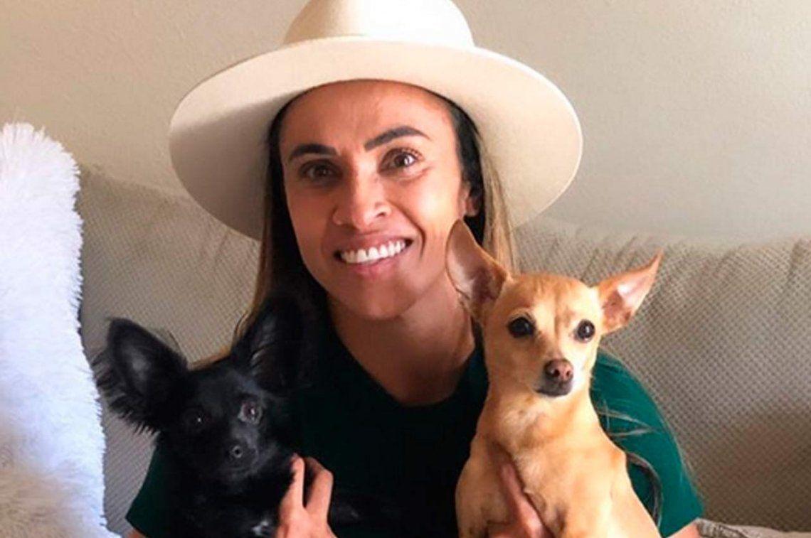 La futbolista brasileña Marta trabaja para crear un albergue para animales abandonados