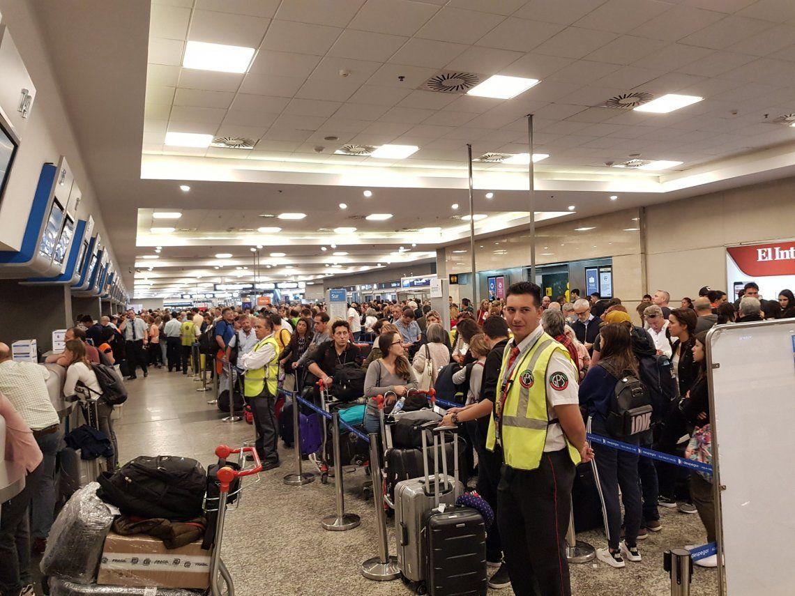 Aeroparque y Ezeiza: 70 vuelos cancelados por asambleas y tormentas