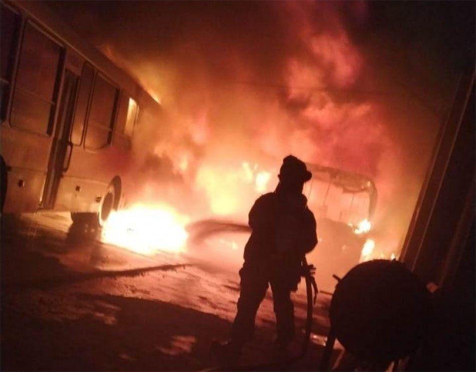 Bernal: voraz incendio en un galpón de micros escolares