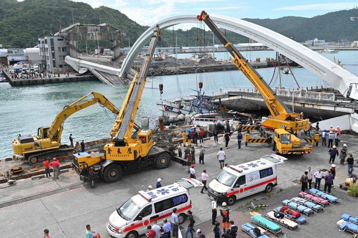 Desastre en Taiwán: se derrumbó un puente y hay personas desaparecidas