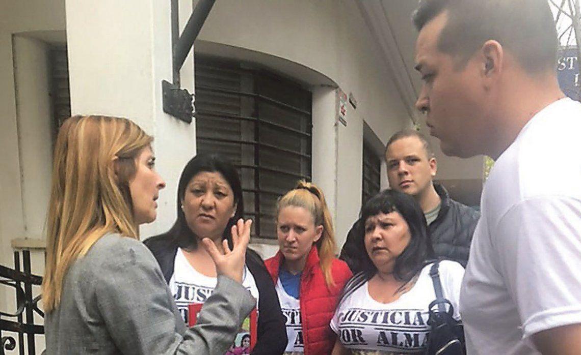 La fiscal Attarián Mena brinda detalles del juicio a los familiares de Alma.