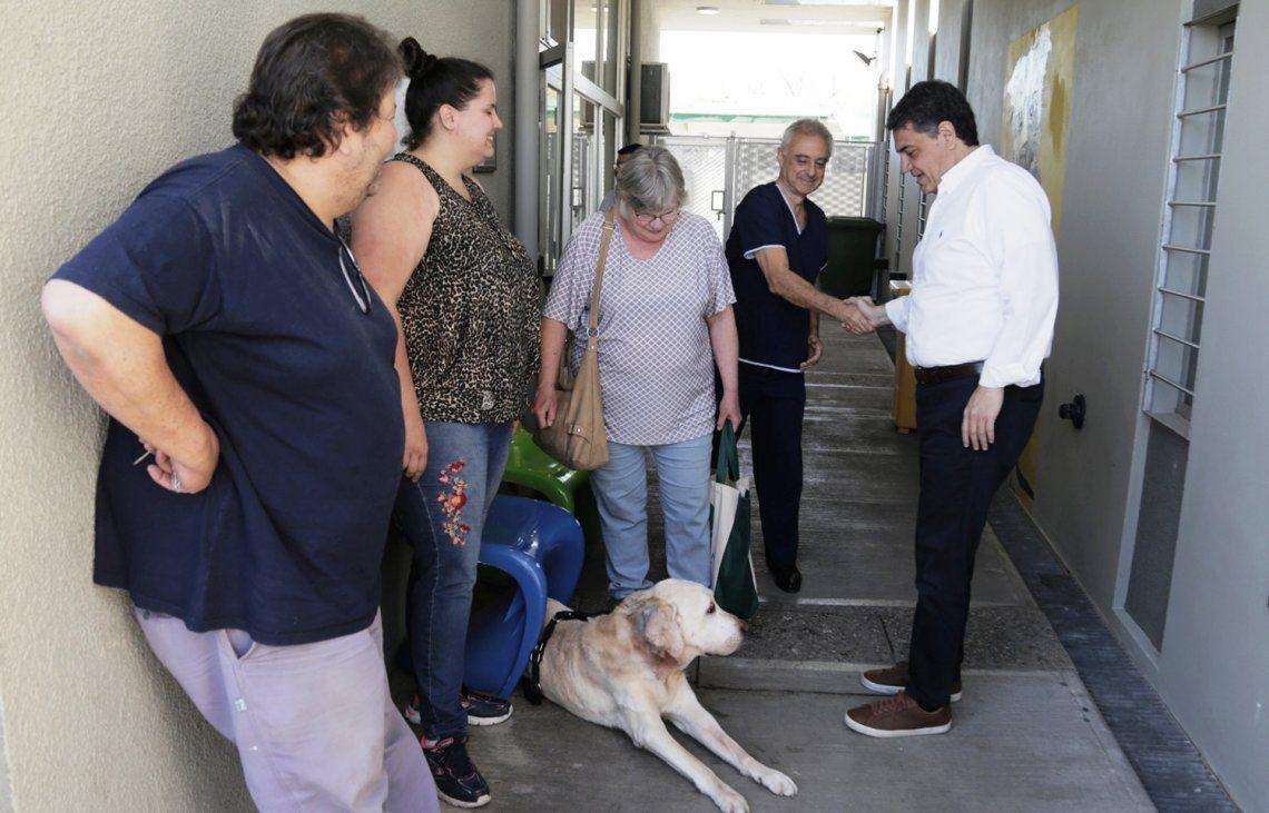 El intendente Jorge Macri conversando con vecinos en su visita a Zoonosis.