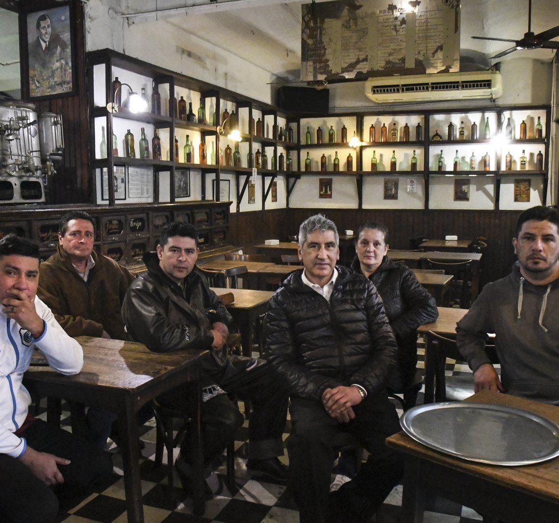 Los empleados permanecen ocupando el bar hace tres semanas.