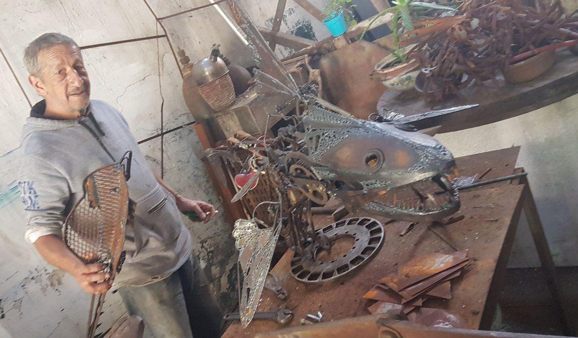 Walde en su mundo de hierros que cobran formas artísticas. El hombre en el triciclo no se vende porque soy yo