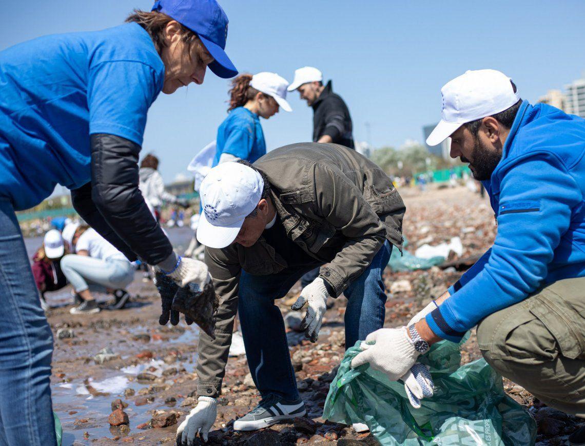 El intendente Macri junto a voluntarios en la actividad de limpieza de la costa.
