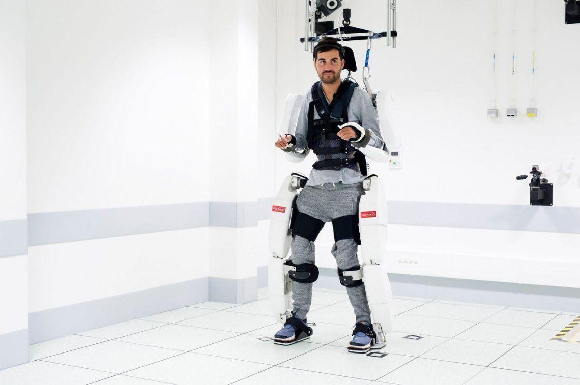 Joven tetrapléjico volvió a caminar con un exoesqueleto conectado a su cerebro