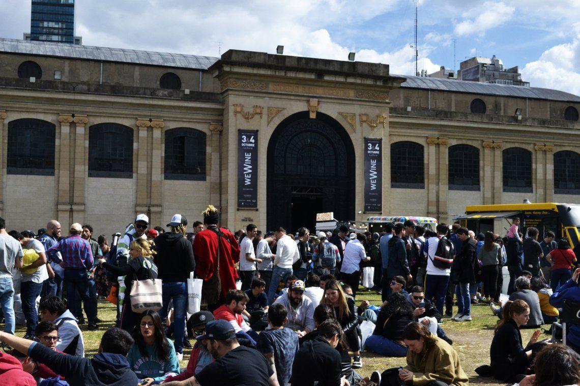 La gente disfrutando en el patio de La Rural de la Expo Cannabis - Foto Nadia Pizzulo
