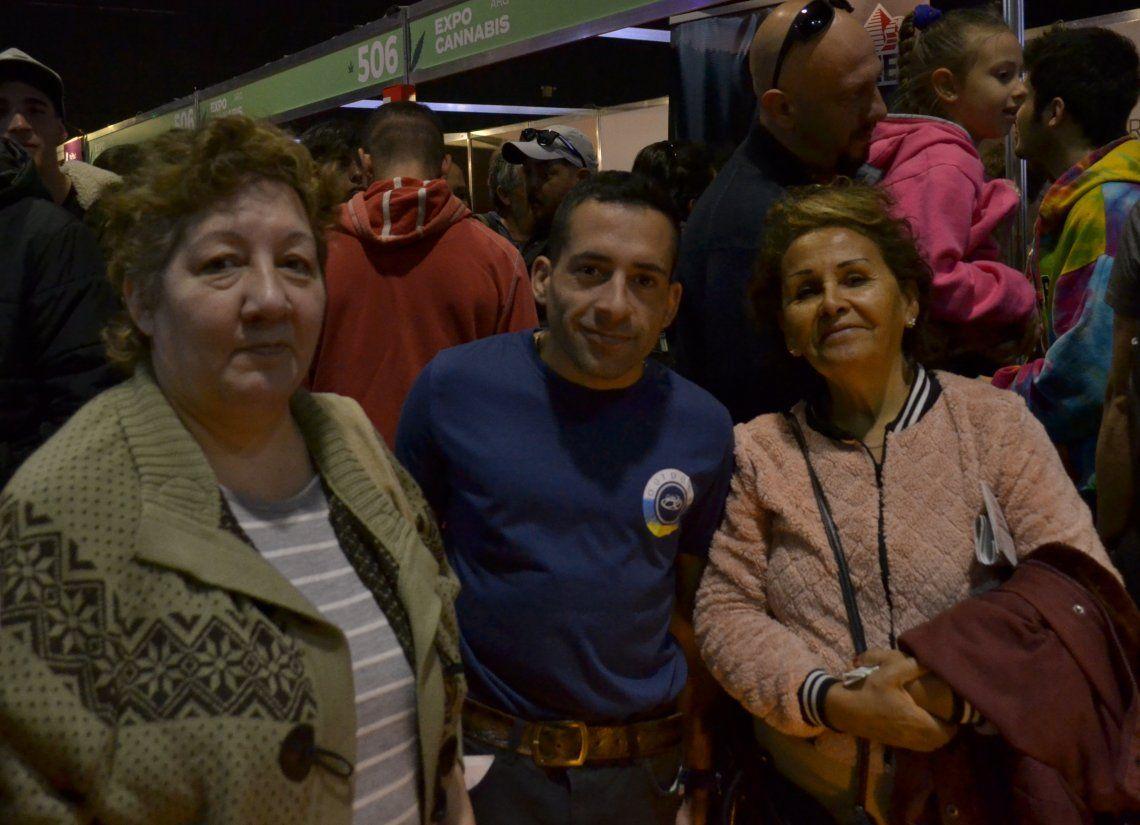 Familias buscando información medicinal en la Expo Cannabis - Ph Nadia Pizzulo