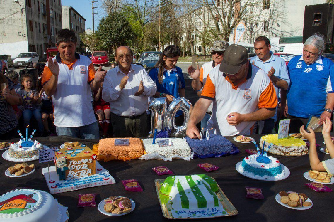 Juan José Mussi frente a la mesa con tortas por los distintos festejos.
