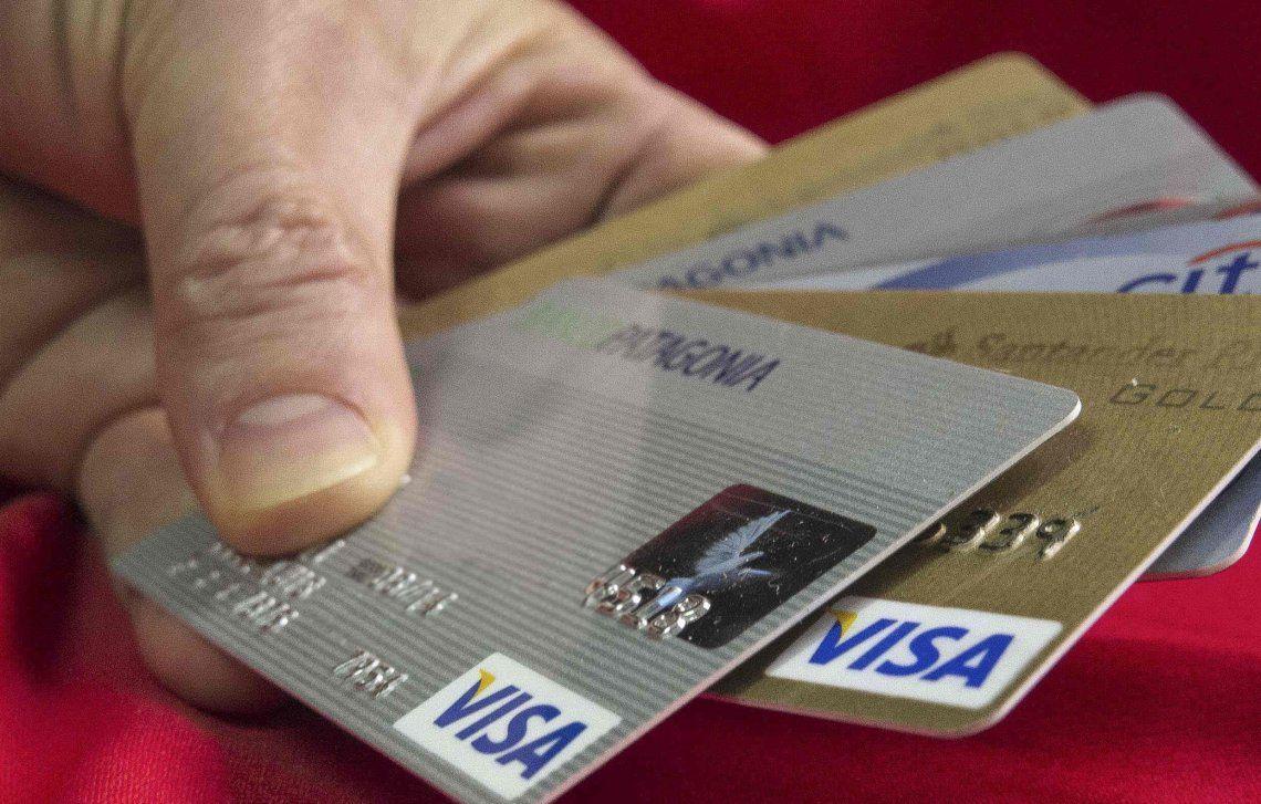 Cepo reforzado: el BCRA restringe a US$50 el retiro de efectivo con tarjetas en el exterior