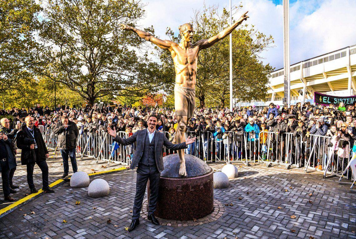 Zlatan Ibrahimovic ya tiene su estatua semidesnuda de tres metros de altura