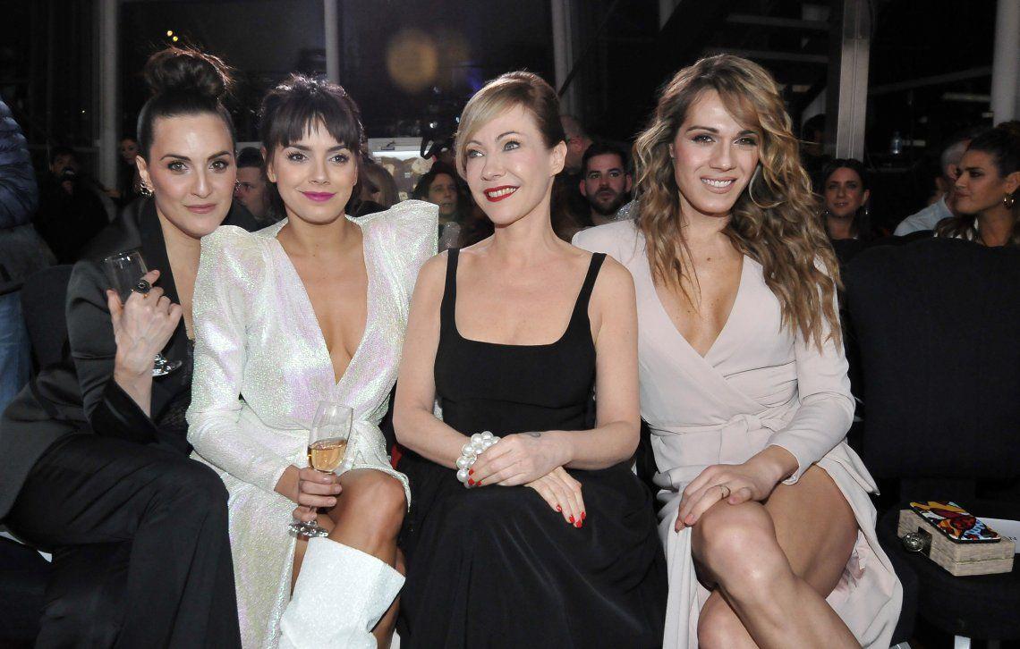 Mariana Genesio junto a sus compañeras de elenco de la tira Pequeña Victoria