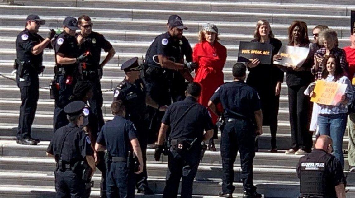 La actriz Jane Fonda fue detenida durante una protesta contra el calentamiento global