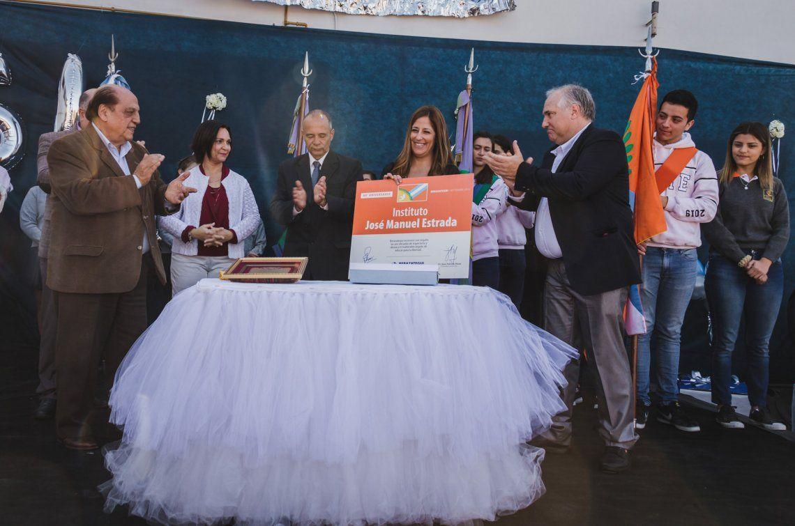 Juan José Mussi junto a los directivos del colegio privado berazateguense.