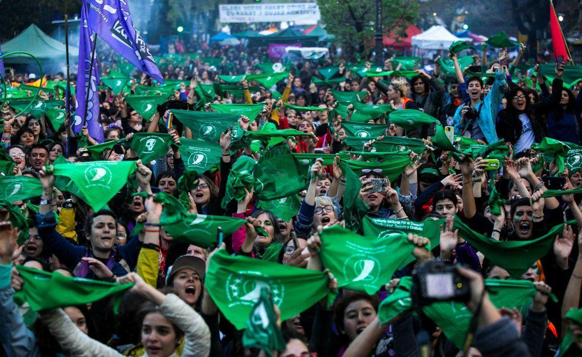 Miles de pañuelos verdes invadieron ayer la ciudad de La Plata en el primer día del Encuentro Nacional de Mujeres.