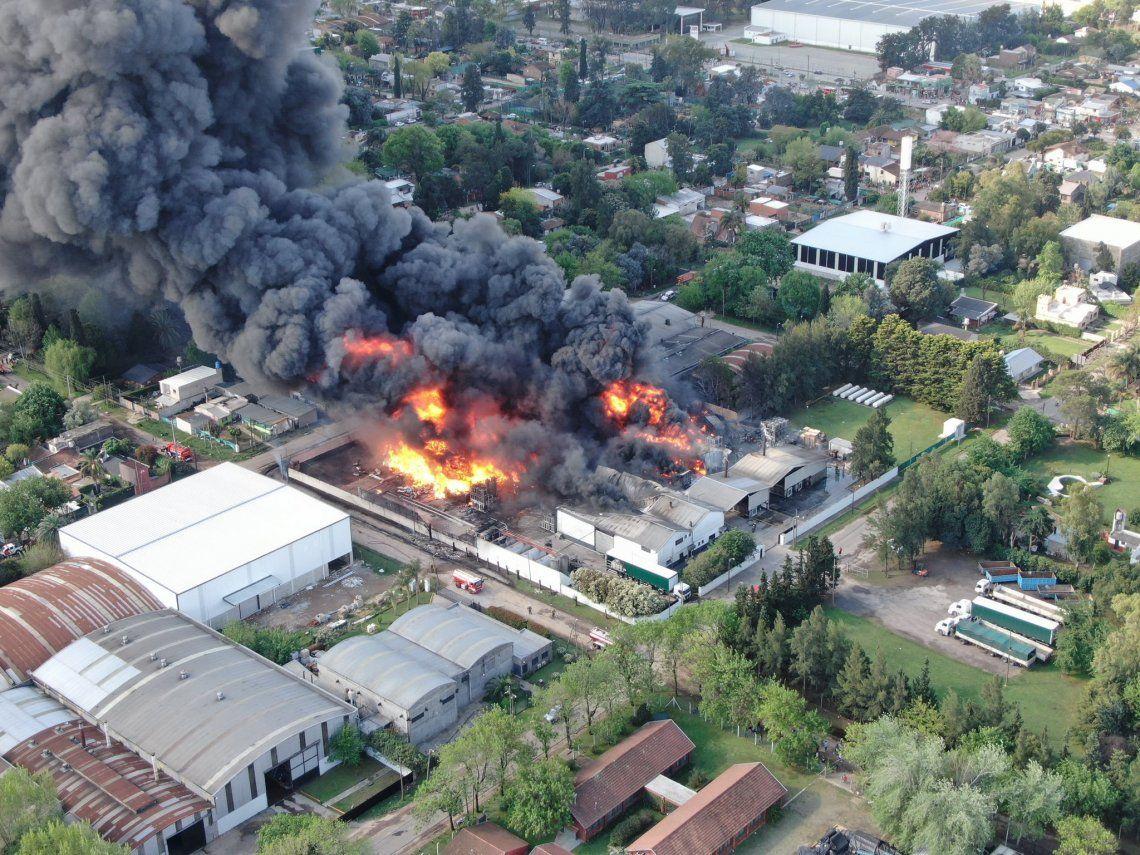 Voraz incendio en una fábrica de productos químicos en Benavidez
