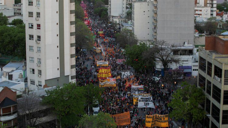 Miles de mujeres se manifestaron ayer en La Plata al finalizar el encuentro nacional.