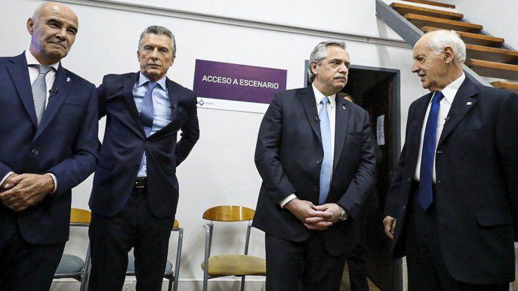 Cuatro de los candidatos presidenciales que participaron del debate, en la previa del mismo.