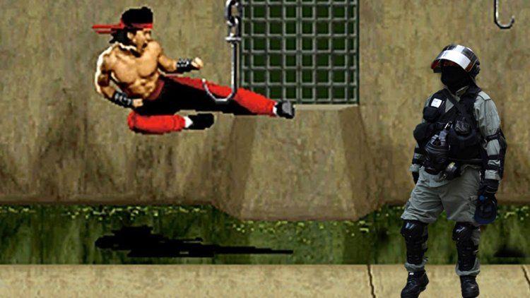 Un manifestante salvó a otros con una increíble patada ninja voladora