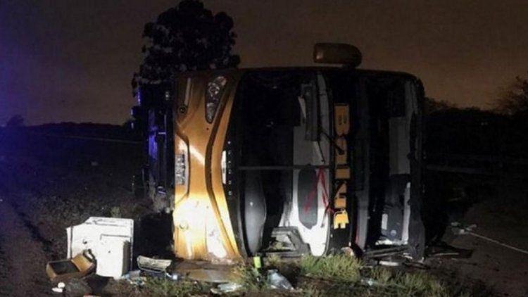 Una nena y dos adultos murieron al volcar un micro en Tucumán