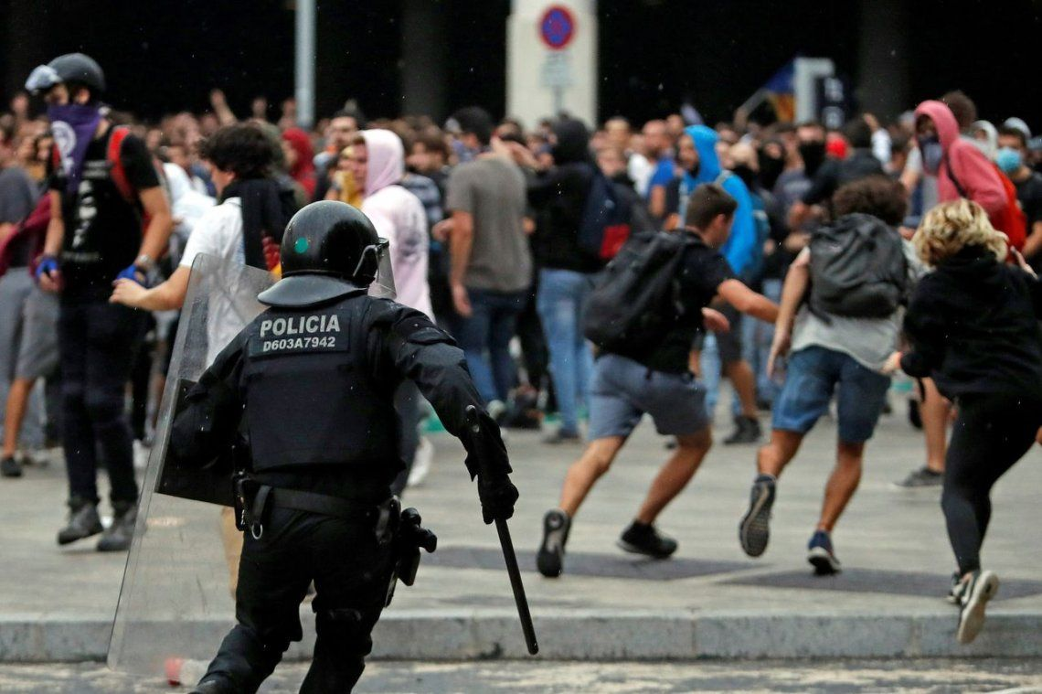 España: pedido de detención para Puigdemont y graves incidentes entre policías e independentistas catalanes