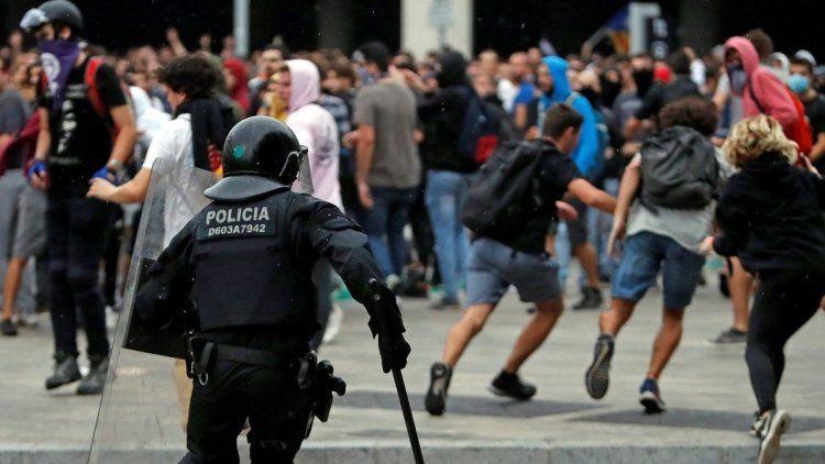 Pedido de detención para Puigdemont y graves incidentes